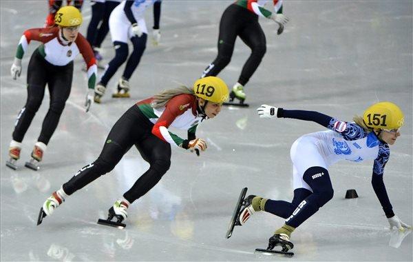 A magyar váltó tagjai, Lajtos Szandra (b) és Darázs Rózsa (k) versenyez a 2014-es szocsi téli olimpia rövid pályás gyorskorcsolya-versenyei női 3000 méteres váltó előfutamában a szocsi Jéghegy Korcsolyapalotában 2014. február 10-én. MTI Fotó: Illyés Tibor