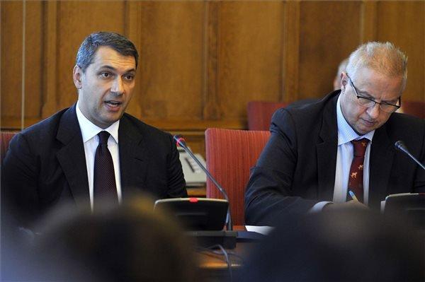 Lázár János, a Miniszterelnökséget vezető miniszter (b) és Trócsányi László igazságügyi miniszter az Országgyűlés nemzetbiztonsági bizottságának ülésén az Országházban 2014. október 20-án, amelyet az Egyesült Államok által korrupciógyanú miatt elrendelt beutazási tilalommal kapcsolatban hívtak össze. MTI Fotó: Kovács Attila