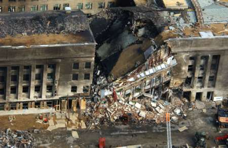 Hősies tűzoltók kutatnak az esetleges túlélők után a romok között.