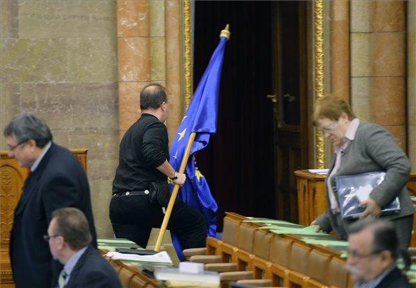 Gaudi-Nagy Tamás, a Jobbik képviselője felszólalása után kiviszi az ülésteremből az Európai Unió zászlaját az Országgyűlés 2010-2014-es kormányzati ciklusának utolsó ülésén 2014. február 13-án. MTI Fotó: Beliczay László