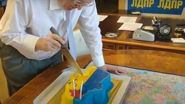 Fotó: Zsirinovszkij születésnapi tortáját szeli.